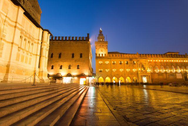 Bologna di notte. la torre dell'orologio